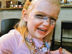weinendes Kind mit schminke im Gesicht