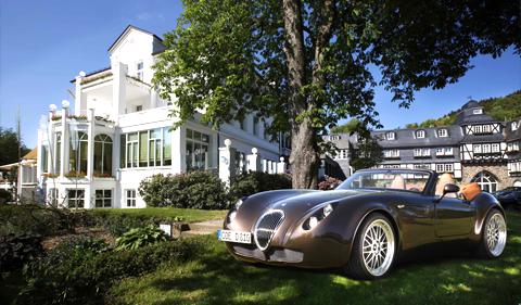 Haus mit Auto im Garten