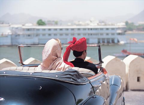 Frau sitz mit Mann im Auto