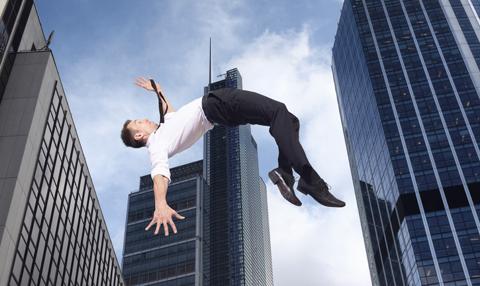 Mann schwebt in der Luft